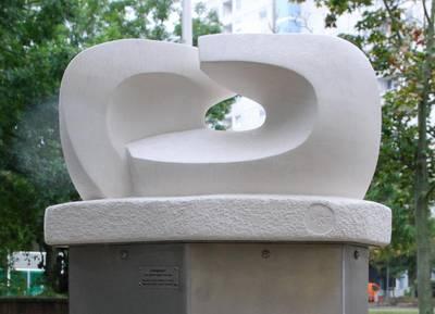 Die Partnerschafts-Skulptur Zuneigung II von Silvia Withöft-Foremny wurde anlässlich des Jubiläumsjahres 2016 vor dem Laatzener Rathaus feierlich enthüllt.