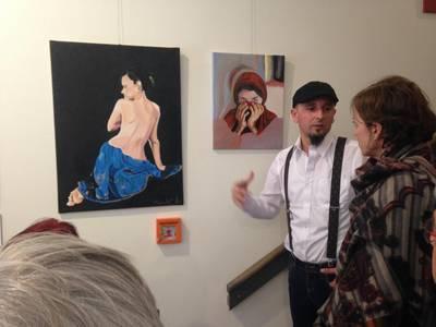 Ali Maher, Künstler, erklärt interessierten Gästen seine Bilder