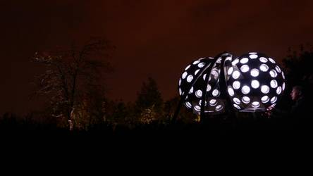 beleuchtetes Kunstobjekt Insektenauge im Park der Sinne