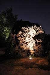 beleuchteter Stein im Park der Sinne