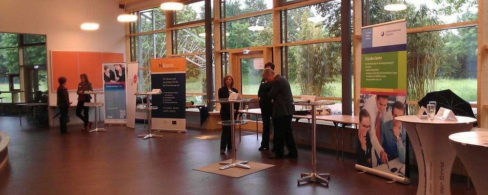 Stehtische, Rollups mit Informationen und Berater in der Mensa des Erich Kästner-Schulzenturms