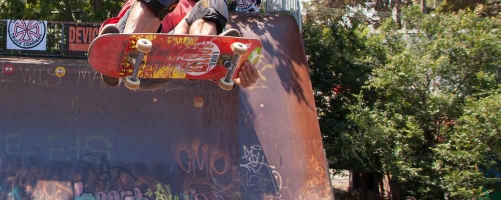 Skater springt mit seinem Board auf einer Rampe