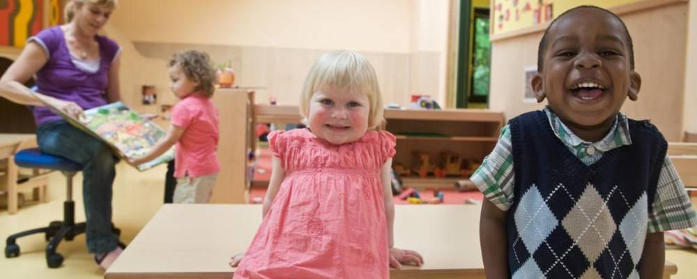 Zwei lachende Kinder