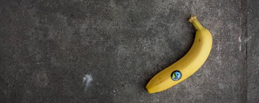 Banane mit Fair Trade Aufkleber