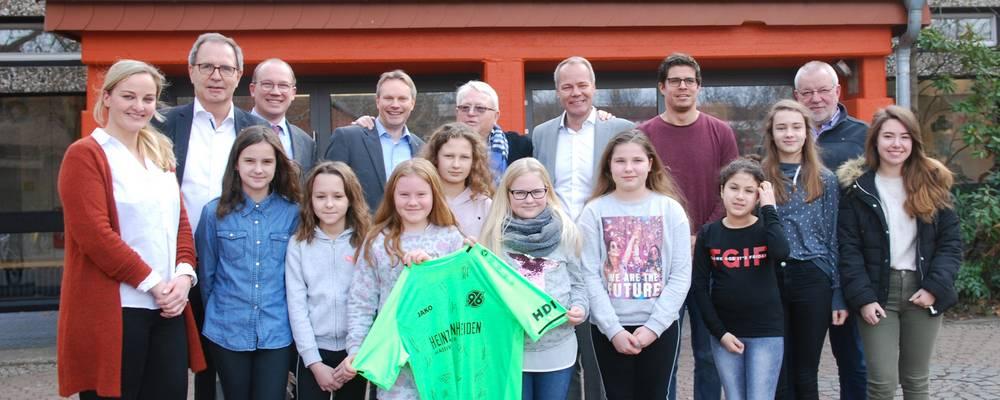 Die Spender mit Jürgen Köhne, Christian Augustin, Peter Hellemann und den Schülerinnen und Lehrern der Ein-Welt-AG