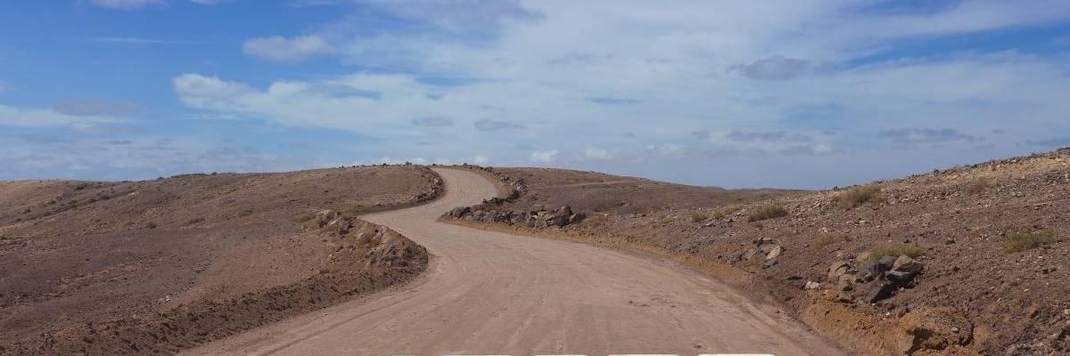 Eine gewundene Bergstraße mit der Aufschrift Start
