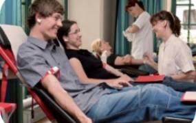 Teilnehmende während der Blutspende