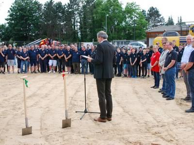 Vor etwa 200 Gästen freute sich Bürgermeister Jürgen Köhne darüber, dass es losgeht: Der Bau des Feuerwehrhauses Gleidingen-Rethen. [(c) Matthias Brinkmann]