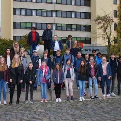 Gruppenfoto vor dem Rathaus mit den Auszubildenden und einigen Mitarbeiterinnen.