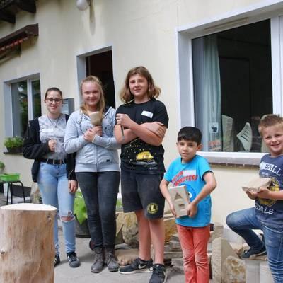 Die Kinder und JUgendlichen stehen in einer Reihe, einige halten Werkzeug, andere ihre Kunstwerke in den Händen