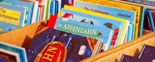 Kiste mit vielen Büchern
