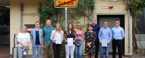 Die neuen Auszubildenden vor dem Rathaus [(c) Rahel Hußmann]