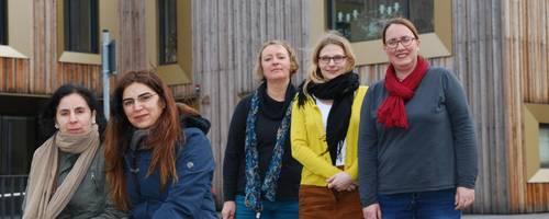 Die Stadtteilmütter Zeliha Erdal und Ada Görnu-Beckmann mit dem Team des Familienservicebüros Angelika Bolte, Maria Jakob und Sandra Müller-Janke vor dem Stadthaus. (von links nach rechts)
