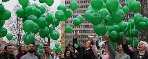 Kurz vor dem Start der Luftballons vor dem Stadthaus