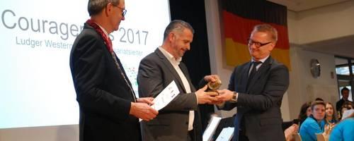 Preisträger des Couragepreises 2017: Michael Böneker mit Ludger Westermann und Jürgen Köhne (v.r.n.l.)