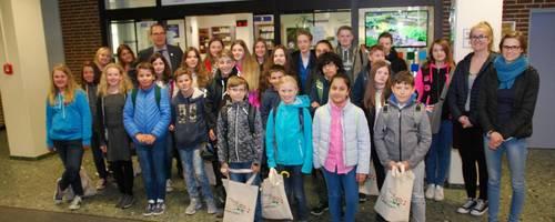 Gruppe von Schülerinnen und Schülern vor dem Laatzener Bürgerbüro