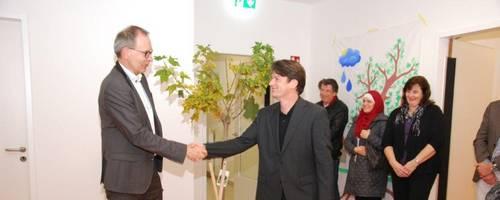 """Ahorn Klußmann: """"Auf weiterhin gute Zusammenarbeit."""" Der Mieter, Bürgermeister Jürgen Köhne, bedankt sich beim Vermieter Olaf Klußmann für den Ahornbaum."""