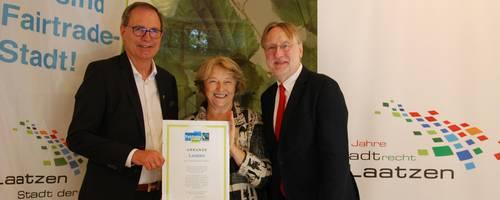 Bürgermeister Jürgen Köhne nimmt die Urkunde von Silvia Hesse (Fairtrade Deutschland) in Empfang. Mit dabei Bernd Lange (MdEP), Vorsitzender des Handelsausschusses des Europäischen Parlaments, [(c) Ilka Hanenkamp-Ley]