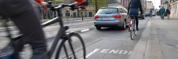 Fußgänger, Radfahrer und Autofahrer im Straßenverkehr