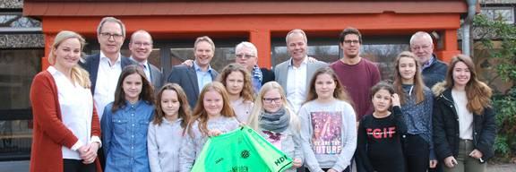 Die Spender mit Jürgen Köhne, Christian Augustin, Peter Hellemann und den Schülerinnen und Lehrern der Ein Welt AG B