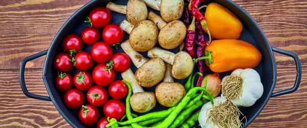 Gemüse angerichtet in einer ovalen Pfanne