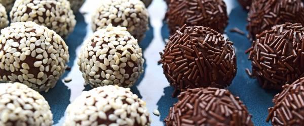 Pralinen mit weißer und dunkler Schokolade ©Pixabay