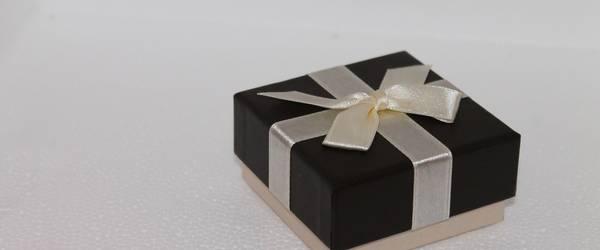 Weiße Schachtel mit schwarzem Deckel und weißer Schleife ©Pixabay