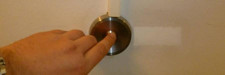 Hand die eine Klingel betätigt [(c): Sabrina Deharde]