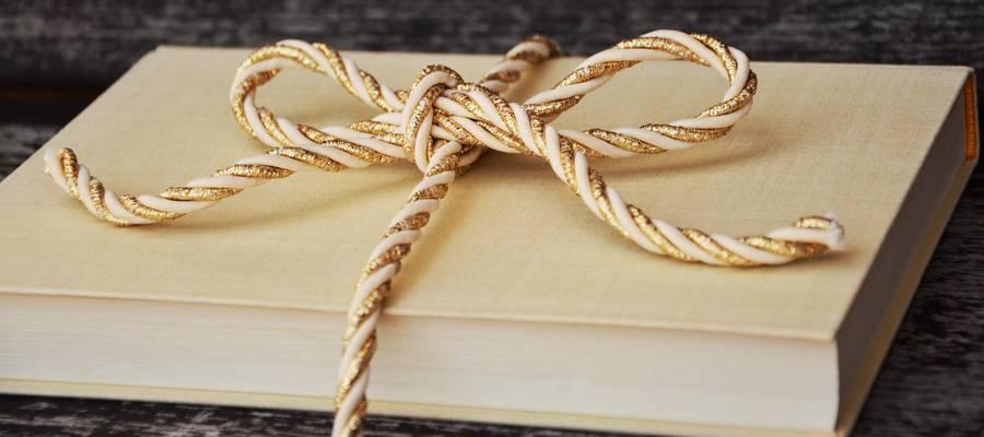 Buch als Geschenk mit Schleife