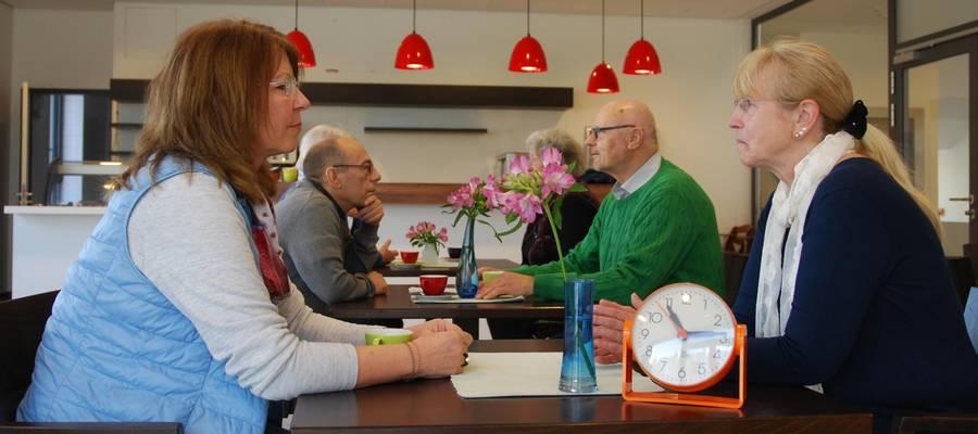 Personengruppen, die sich im Café im Stadthaus unterhalten