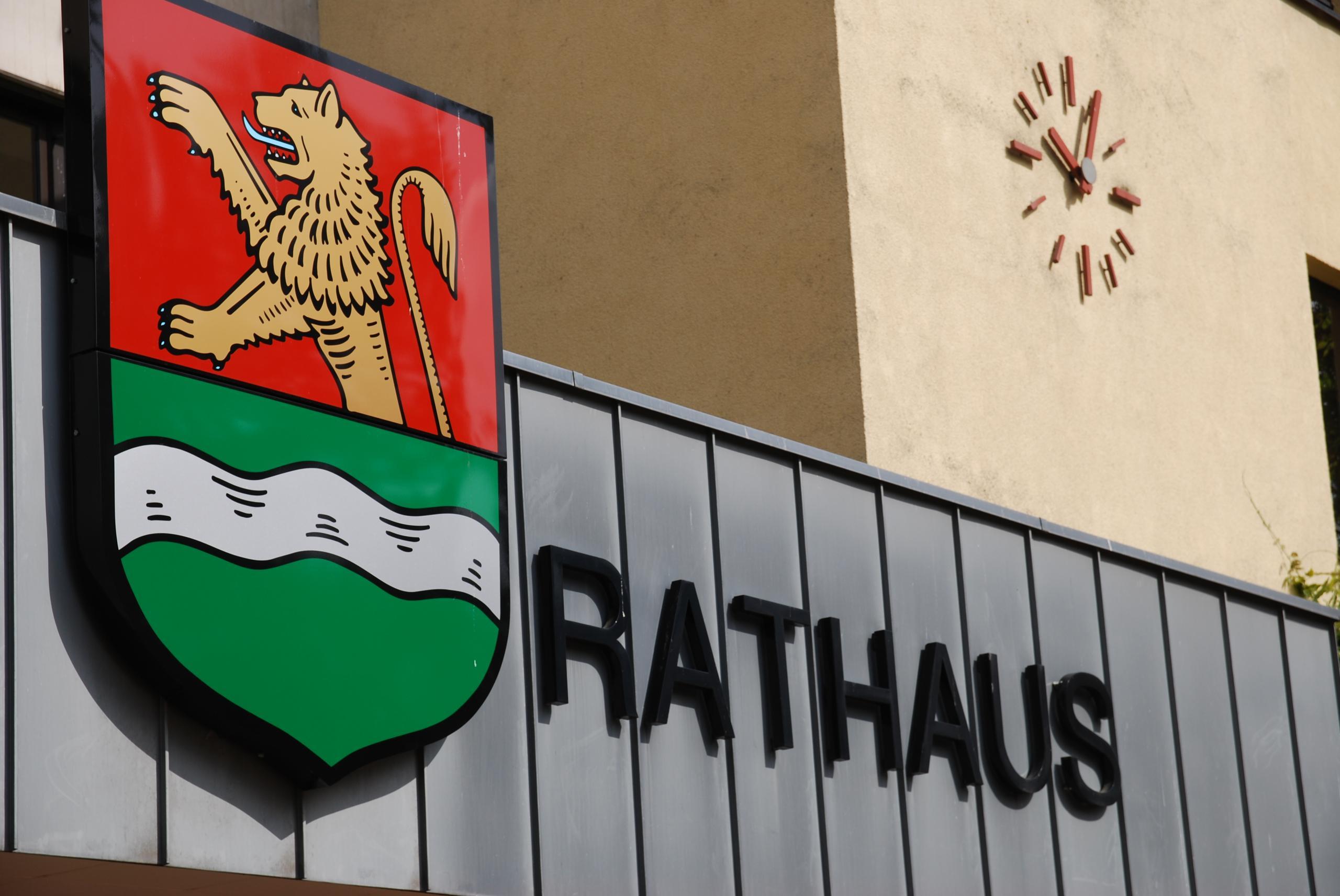 Das Foto zeigt den Rathauseingang mit dem Schriftzug Rathaus und das Laatzener Stadtwappen