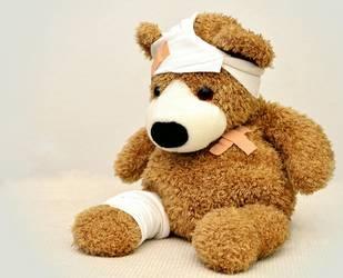 Teddybär mit Kopfverband und Pflaster