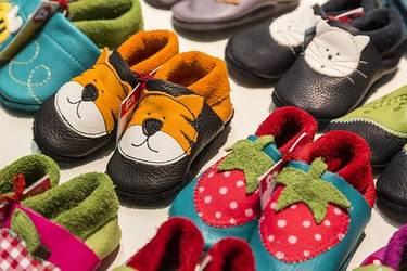 verschiedene farbenfrohe Kinderlederhausschuhe