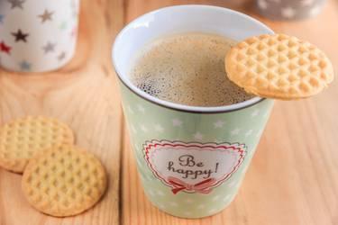 """Kaffeebecher mit Aufdruck """"be happy"""" und Keksen"""