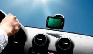 Smartphone als Navigationssystem im Cockpit eines Autos