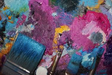 Pinsel auf bunter Farbpalette liegend