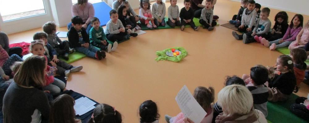 Viele Kinder sitzen in einem Kreis