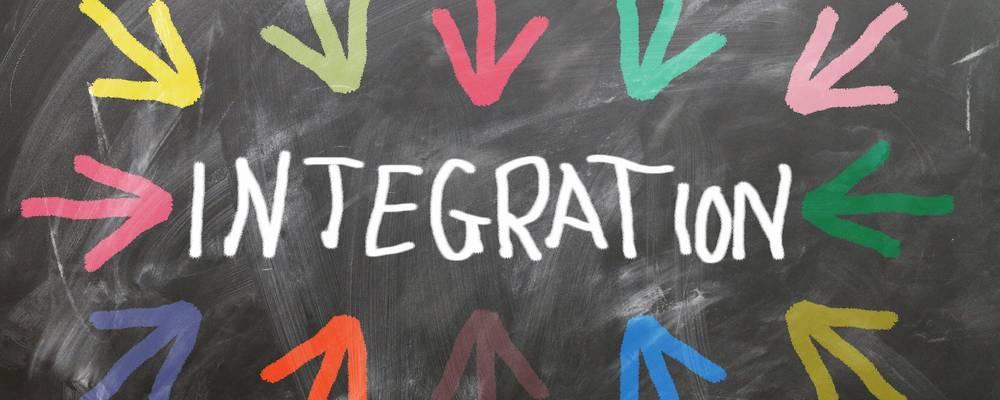 Bild mit dem Wort Integration und bunten Pfeilen