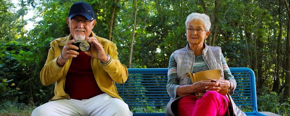 fünf sitzende Seniorinnen unterhalten sich