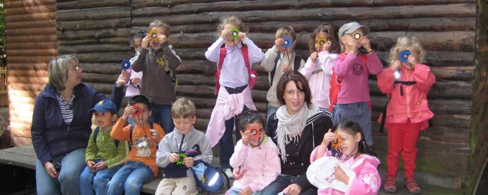 Kindergruppe mit Lupen vor der Maria Troll Hütte