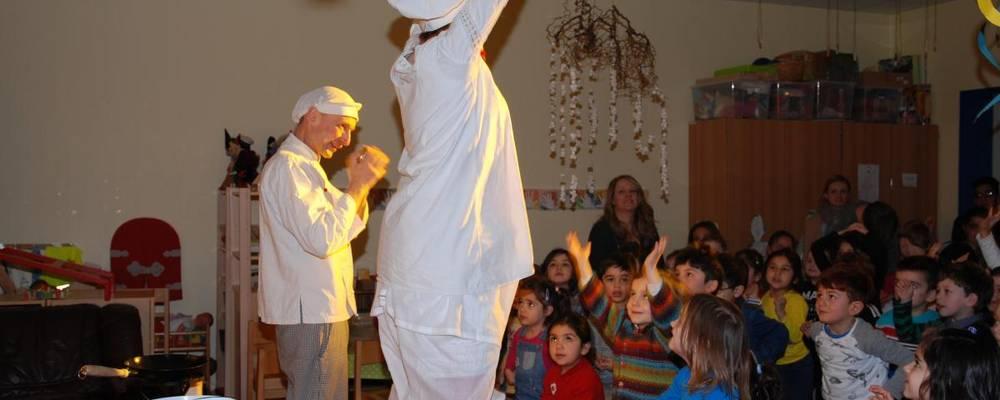 Viele Kinder bestaunen zwei singende Köche