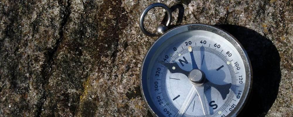 Kompass auf einem Granitstein