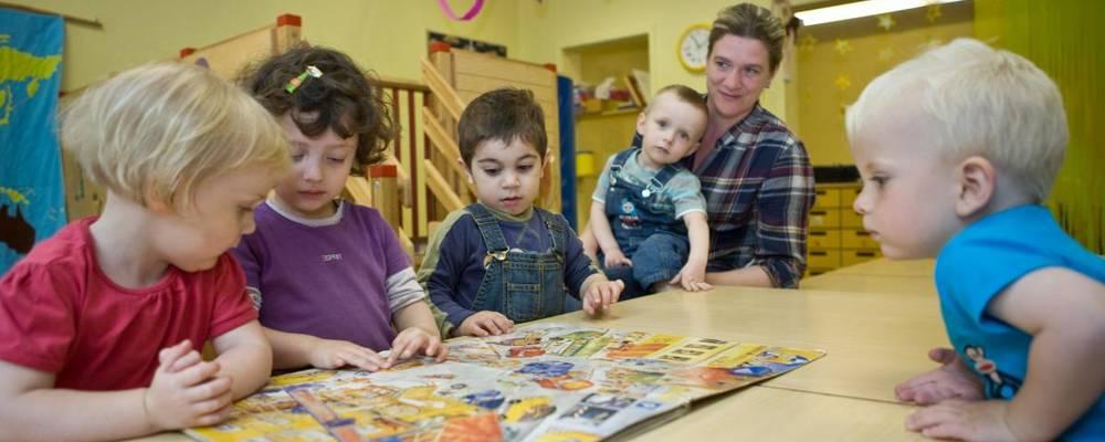 Mehrere Kinder betrachten ein Bilderbuch