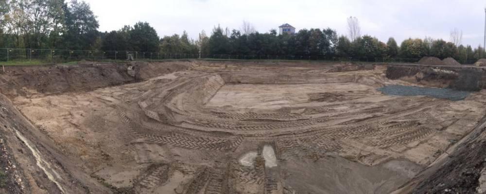 Panoramaansicht auf die ausgehobene Grube des Festplatzes [(c): Sven Gornik]