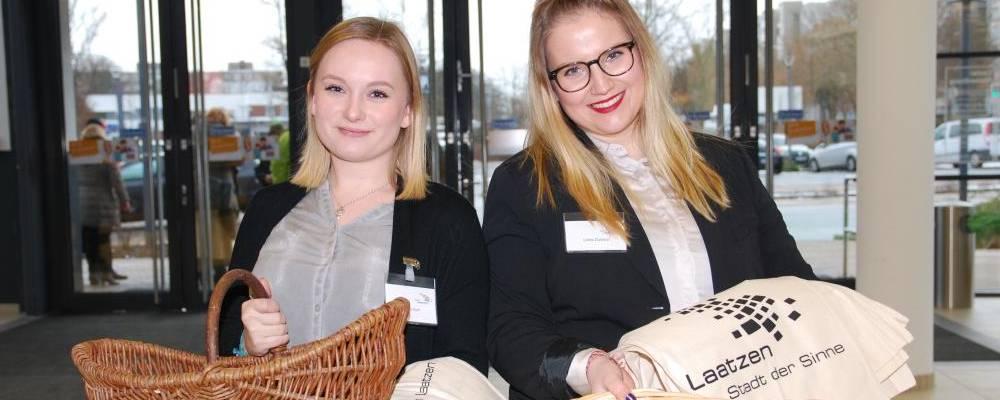 Zwei Auszubildende mit Laatzen-Werbeartikeln im Leine Center [(c): Ilka Hanenkamp-Ley]