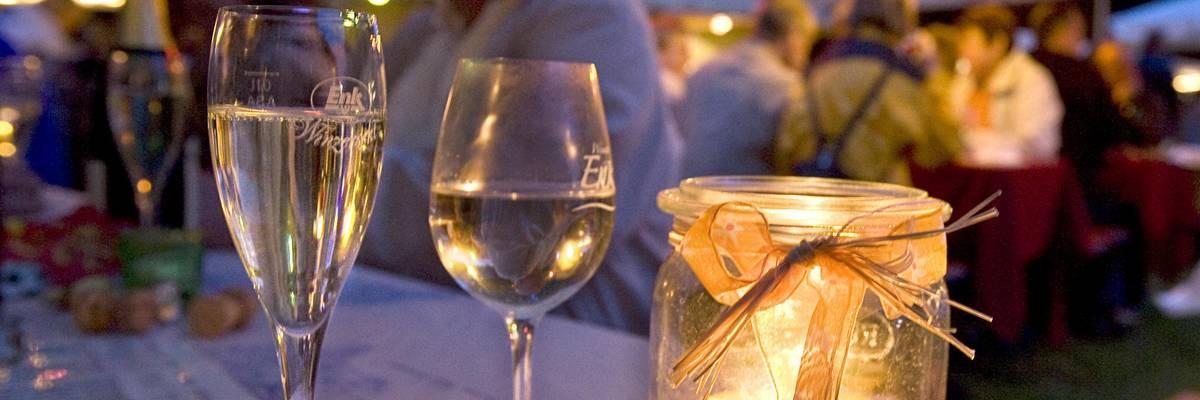 Weingläser auf einem Tisch im Park vor dem alten Rathaus ©Katrin Förster