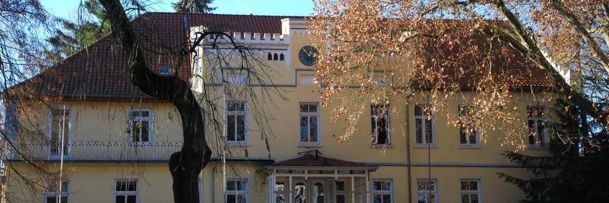 Altes Gebäude im herbstlichen Park