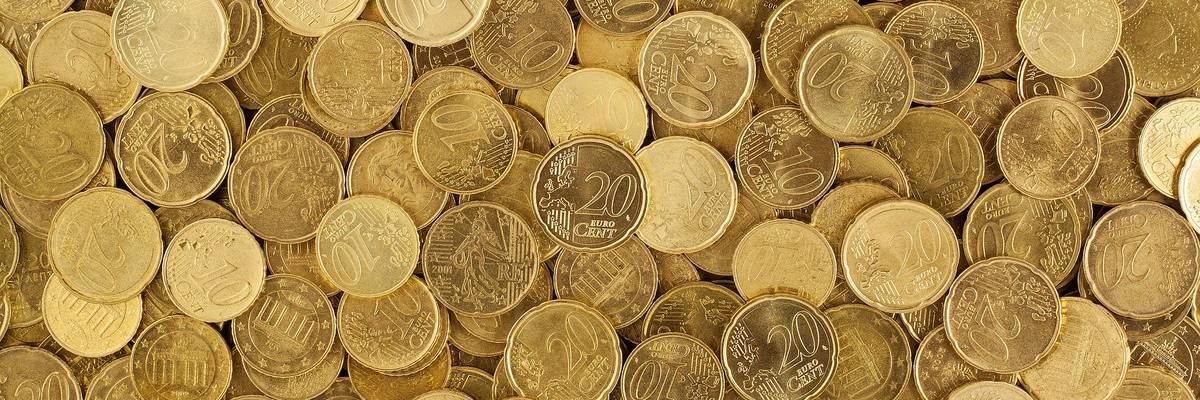 10er, 20er und 50er Euromünzen auf einem Haufen
