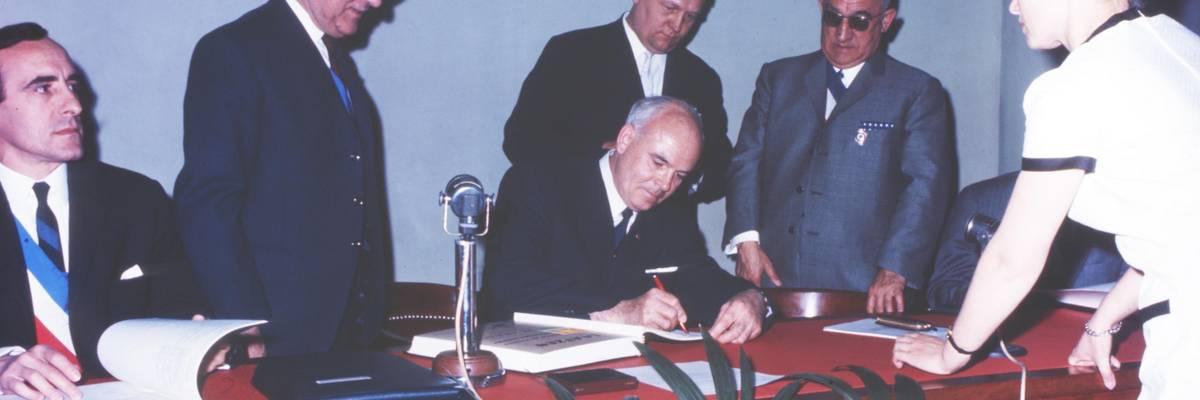 Unterzeichnung der Urkunde am 29.5.1966 in Grand Quevilly