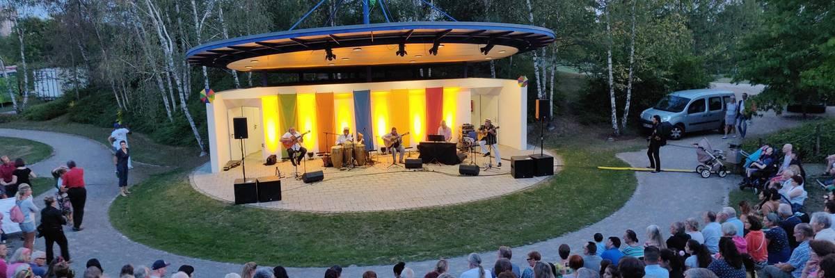 Blick von der vollbesetzten Tribüne der Kulturbühne im Park der Sinne  auf ein Konzert ©Team 61